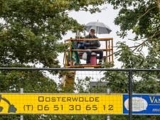 Teun van Dorp uit Oosterwolde ziet vanuit zijn eigen hoogwerker zijn cluppie spelen