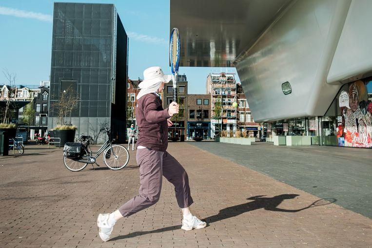 Een partijtje tennis op de stoep voor het Stedelijk Museum. Beeld Jakob Van Vliet