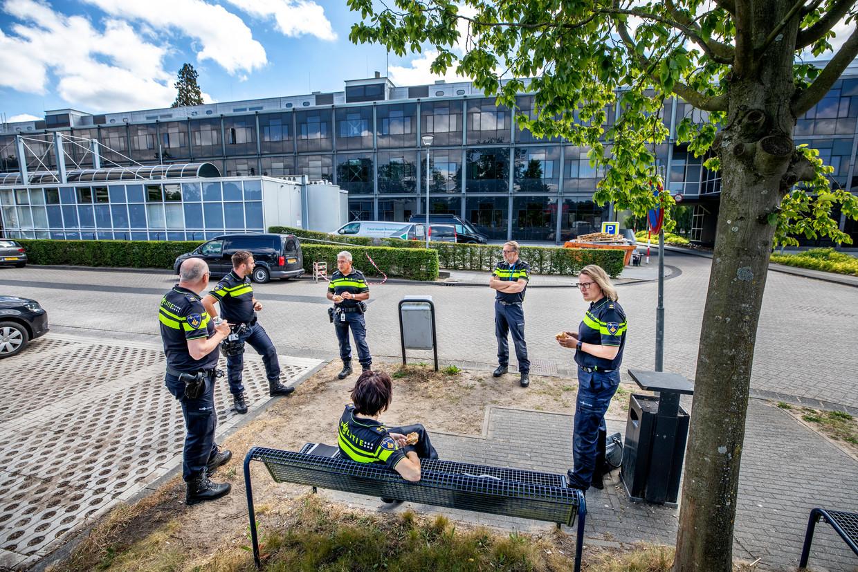 Max Daniel (derde van links) luncht met zijn teamleden buiten het hoofdkantoor van de landelijke politie in Driebergen. Beeld Raymond Rutting / de Volkskrant