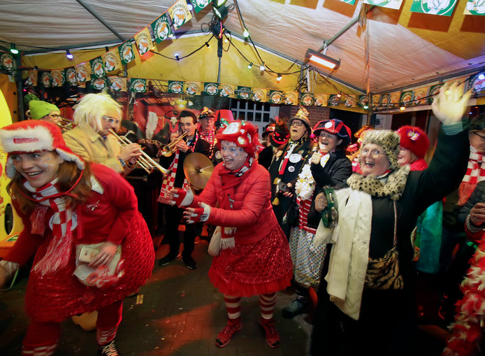 Roosendaal : Roosendaal was zaterdagavond al onder gedompeld in carnavaleske sfeer, zowel in de kroegen als op straat kwam je dweilorkesten tegen.   foto: Pix4Profs/Gerard van Offeren