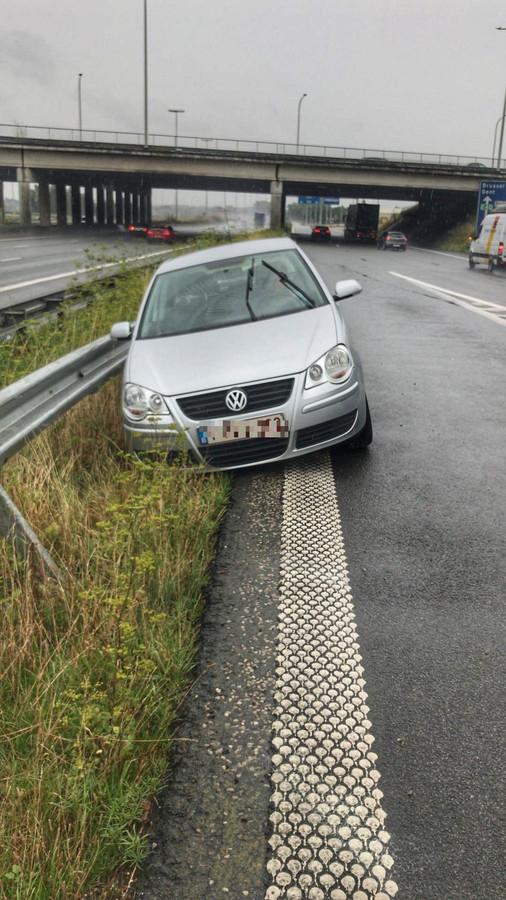 De Volkswagen kwam tegen de vangrail tot stilstand.