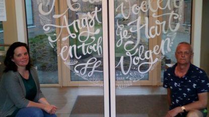 Illustratrice maakt bemoedigende raamschildering op deur wzc Sint-Jozef