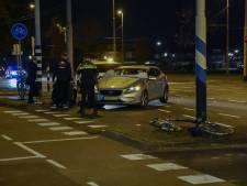 Fietsster raakt lichtgewond bij aanrijding in Arnhem, voetgangersairbag voorkwam erger