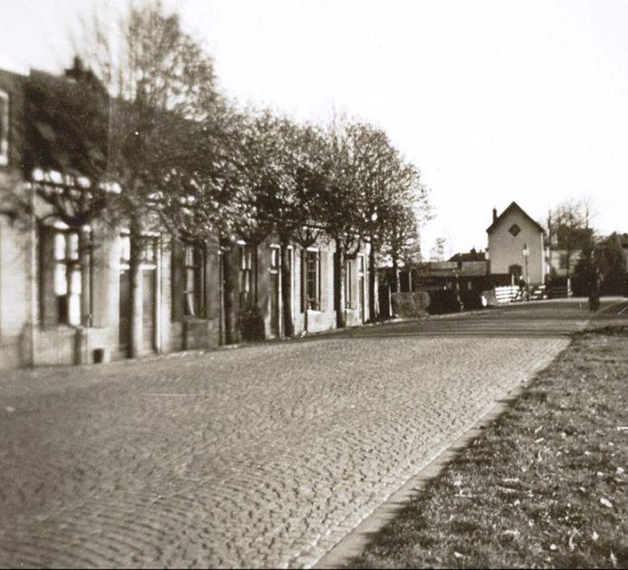 De Hooglandseweg richting de spoorwegovergang, die na de bouw van de Meridiaantunnel werd afgesloten. Het rijtje woningen links op deze foto, die in 1948 is gemaakt, werd in 1980 gesloopt.