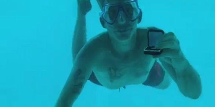 Steven haalt onder water het doosje met de ring boven, nadien zou het fout gelopen zijn.