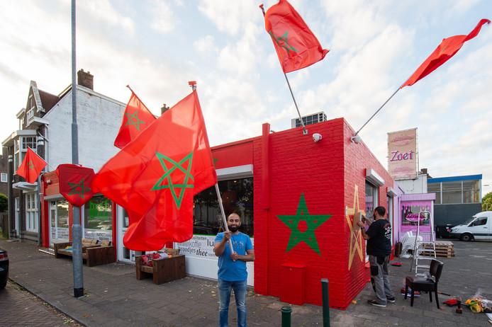 Ahmed Boudhaid met vlag en zijn broer  Jamal spuit een groene ster op de gevel. Industriekade 1 in Breda. Foto René Schotanus/Pix4Profs