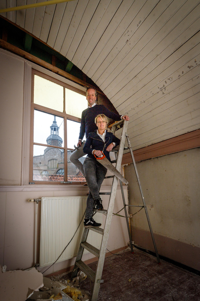 Alko en Annemarie Tolner van het Prins Mauritshuis in Blokzijl halen het oude kerkplafond weer tevoorschijn.
