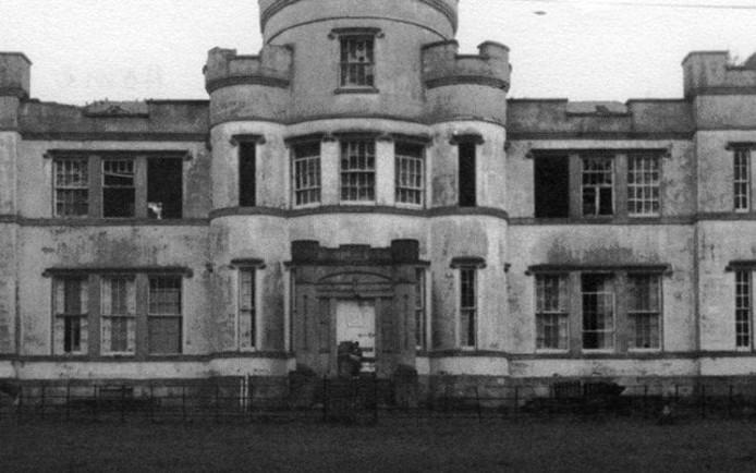 Dichtbij het weeshuis Smyllum Park is een massagraf ontdekt waar ongeveer vierhonderd kinderen in zijn begraven.