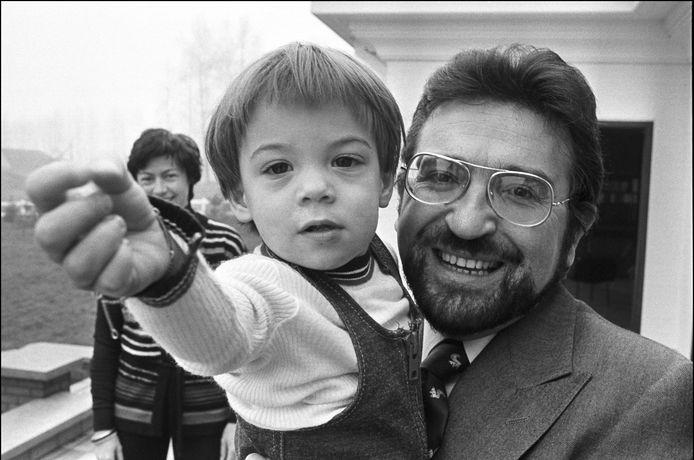 Alexander De Croo met vader Herman De Croo, 1977