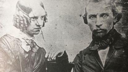 Macabere foto uit 1850: man poseert met nét overleden echtgenote