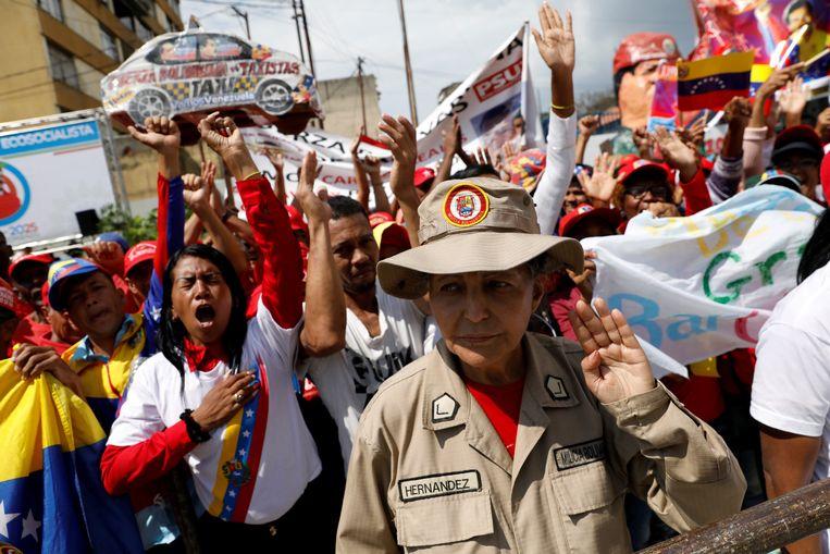 Aanhangers van Maduro vieren de eedaflegging.