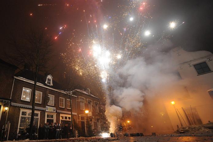 Vuurwerk in de Maasstraat in Cuijk tijdens een eerdere jaarwisseling.
