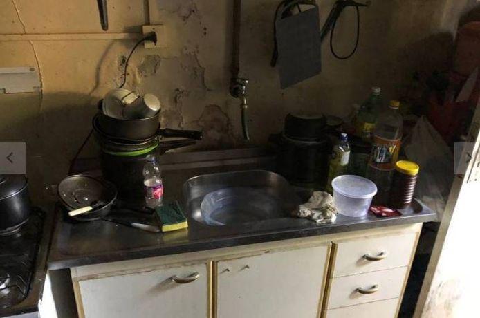 De huishoudster had alleen de beschikking over een aftands keukenblok.