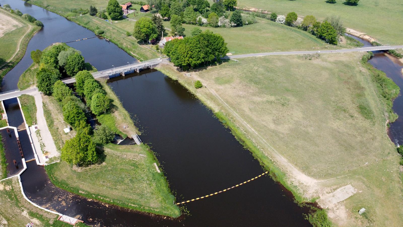 De huidige brug over de stuw bij Junne is afgesloten voor zwaar verkeer. Een nieuwe oeververbinding moet weer beperkte doorgang voor agrariërs en loonwerkers uit de buurt mogelijk maken.