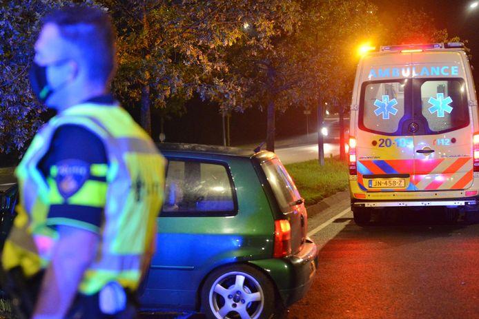Auto botst tegen boom op Nieuwe Kadijk in Breda