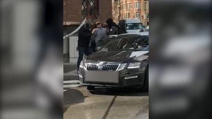 VIDEO. Onrustige arrestatie van man die caféklant aanviel met een bijl in Molenbeek
