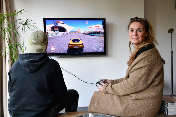 """Inge Snijder is media-coach bij de Bibliotheek Noordwest-Veluwe en ziet ook de positieve kanten van het gamen in. ,,Mijn zoon Max gamet bijvoorbeeld met mensen over de hele wereld, maar dan wisselen ze ook recepten uit. Grappig toch?"""""""