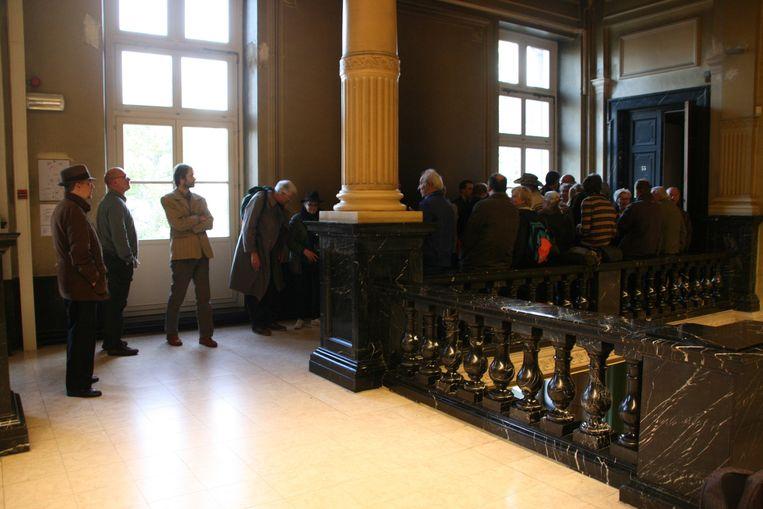 Een vijftigtal volgelingen van Peter                           Vereecke verlieten luid protesterend de                           rechtszaal en hielden zich na de uitspraak nog                           een tijdje op voor de deur van de zaal.