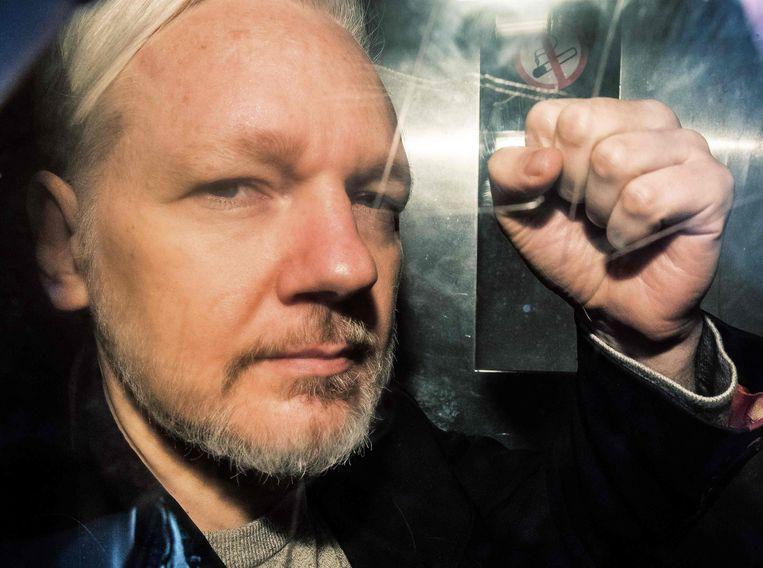 Julian Assange arriveert bij de rechtbank in Londen, in mei vorig jaar. Beeld AFP