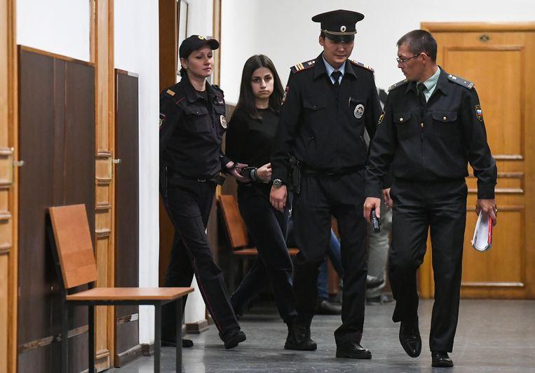Angelina Chatsjatoerjan bij aankomst in de rechtszaal.  Beeld Maxim Grigoryev/TASS