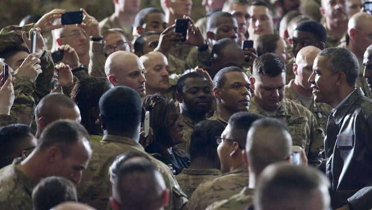 De Amerikaanse president Barack Obama (uiterst rechts) tijdens zijn verrassingsbezoek in Afghanistan.