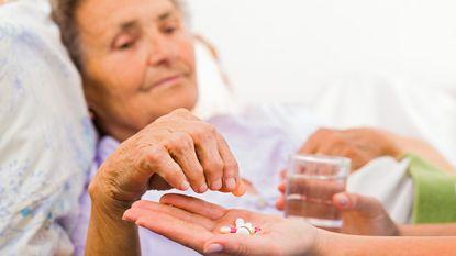 Duizenden senioren maken lelijke val door slaappillen