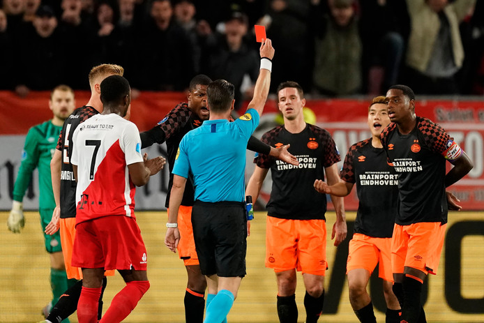 PSV'er Nick Viergever ziet scheidsrechter Danny Makkelie rood trekken in de wedstrijd tegen FC Utrecht (3-0 verlies).