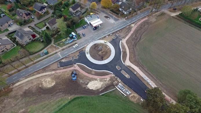 De rotonde in de Nieuweweg in Groesbeek is bijna klaar.