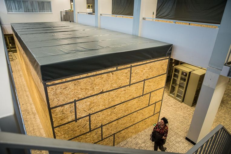 Zowat de hele collectie Dierkunde zit verpakt in 'sarcofagen, houten kisten die de stukken moeten beschermen tegen water, stof en ongedierte tijdens de werken in het museum.