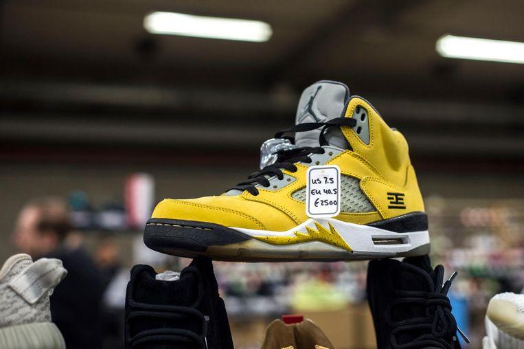 Dit is hem dan: de gele Nike Air Jordan Retro 5 T23 Tokyo. Vraagprijs: 2.500 euro voor een paar.