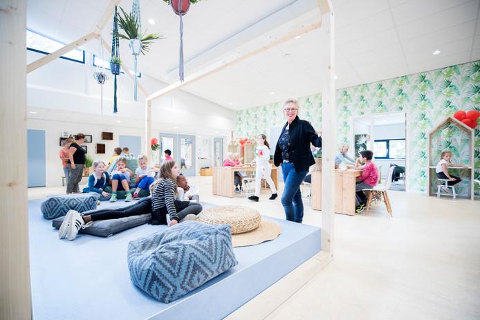 Directeur Martha Broers op het Leerplein van deBuut, waar kinderen werken aan hun weektaken.