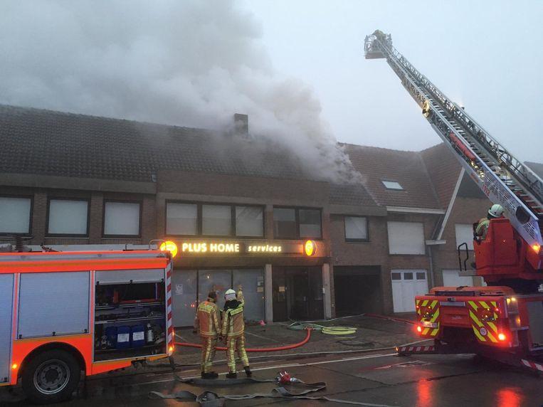 De rook komt uit het dak van het gebouw, waarin ook thuishulpkantoor Plus Home Services is gevestigd.