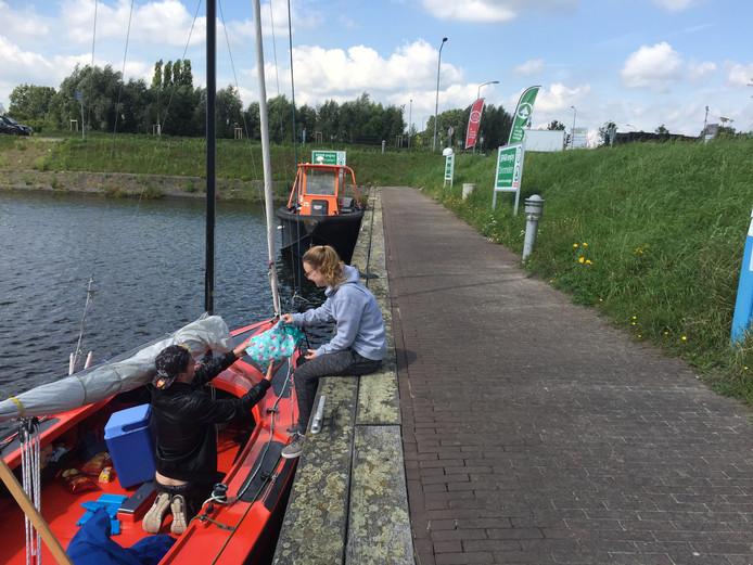 Supermarkt de Spar heeft eigen aanlegsteiger gekregen in Jachthaven Biesbosch in Drimmelen