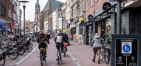 Fietsen in de Langestraat is verboden, maar iedereen doet het