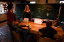 Rob voelt zich thuis op het schooltje van Famke Meerhoff (voor het schoolbord). Daar is één-op-éénbegeleiding.