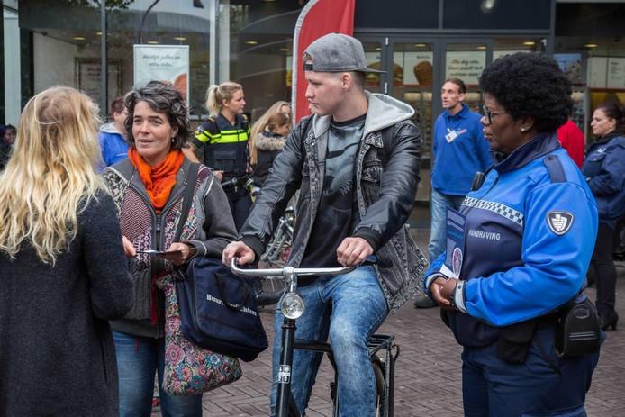 Actie tegen fietsendiefstal en verkeer geparkeerde fietsen in het Stadshart van Lelystad.