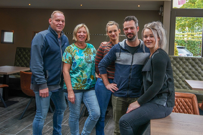 V.l.n.r. Ton Scholten, Jolanda Scholten, Britt Keukens, Pim Keukens en Silke Senders van nieuw restaurant Lekkerr in Steensel