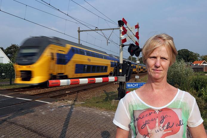 Angelique van Wilpen bij de spoorwegovergang waar ze twee treinen stopte.