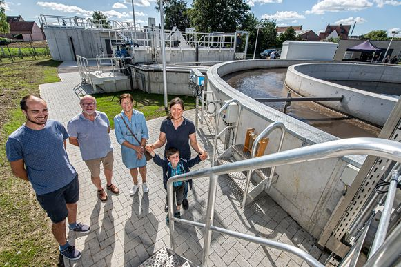 Bezoekers Pol Parmentier, Rosanne Vanrobaeys, Katelijn Vanacker en Felix krijgen een rondleiding van Aquafin.