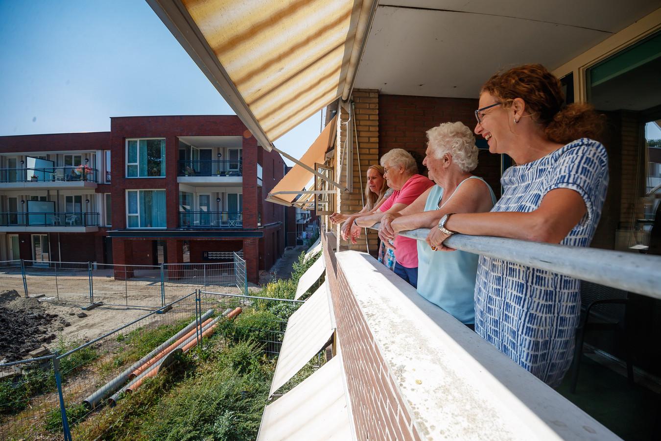 Vanaf balkon van de Ganshoek kijken naar de Ganshoek. (Vlnr) Naomi de Jong, Migilia den Rooijen (90), Pietertje Hofman-Ansems (84) en Angela Rokven.