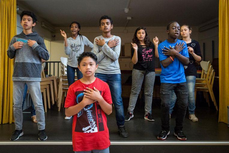 Nihad (l) gaat naar het Over-Y College, net als Melani, Reggie en Dina. Beeld Dingena Mol
