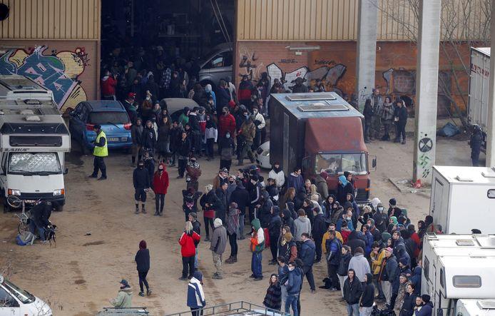 Een deel van de ruim 200 bezoekers van het illegale feest in een loods in Llinars del Vallès dat na 40 uur door een grote politiemacht werd beëindigd.