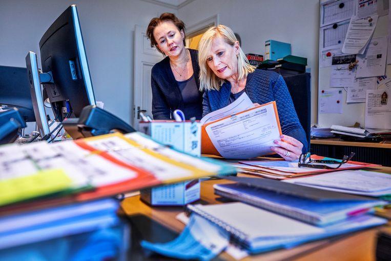 Accountmanager en tolkbemiddelaar Monica Oomen (54) van Congrestolken in Amsterdam met (links) bestuursvoorzitter Irina van Erkel (50). Beeld Raymond Rutting / de Volkskrant