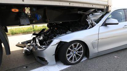 VIDEO. Bestuurder schuift met BMW onder oplegger