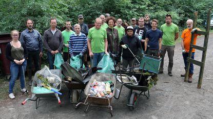 Vrijwilligers ruimen groenafval en zwerfvuil uit 25 hectare bos