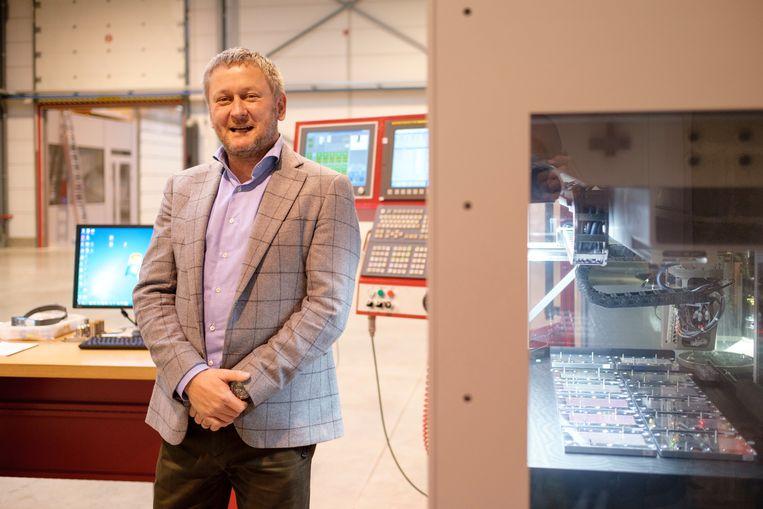 Giovanni Daems bij de machine die diamanten in juwelen plaatst in het bedrijf Giovanni Daems