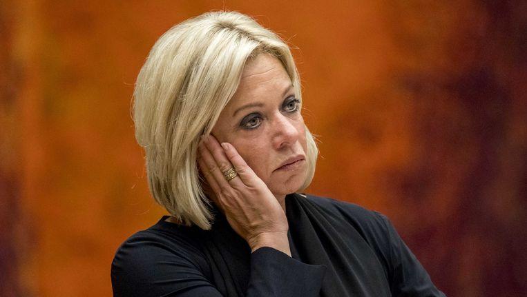 Minister Jeanine Hennis van Defensie tijdens het debat over het fatale ongeluk met Nederlandse militairen in Mali