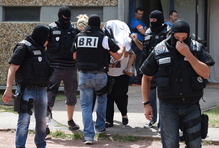 De vrouw en één van de kinderen van Yacine Salhi worden weggeleid.