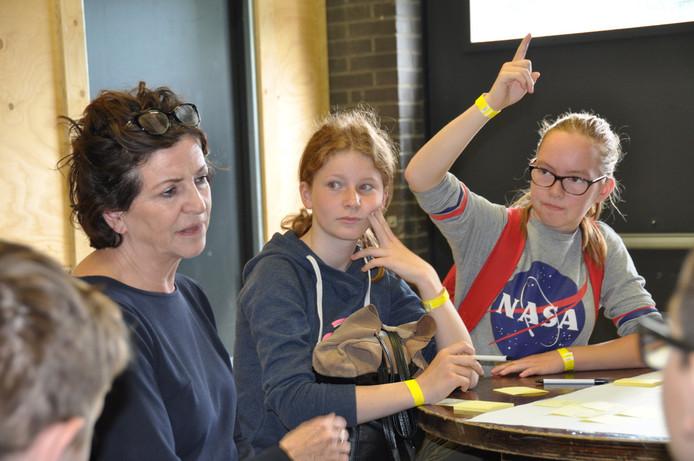 Leerlingen volgen aandachtig de verschillende workshops die verzorgd worden door professionals.