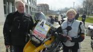 Ginette (63) wijst renners weg vanop motor